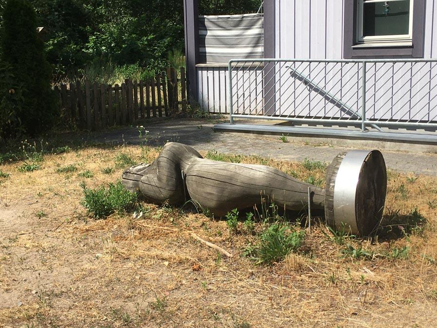 Holzskulptur abmontiert